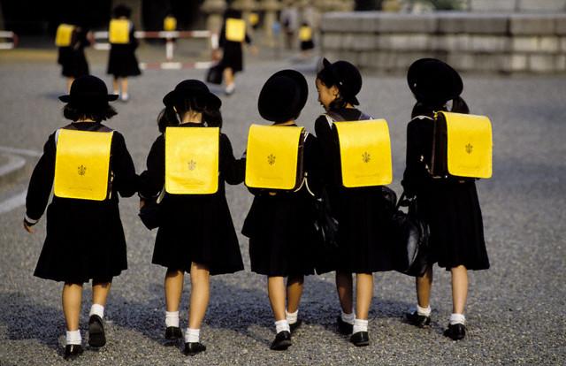 Những chiếc cặp siêu bền chính là món quà cho ngày đầu tiên đi học ở Nhật Bản.