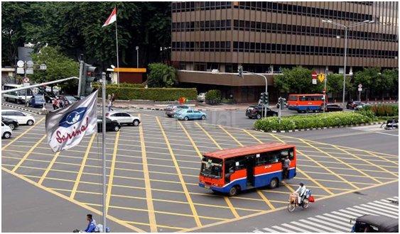 Vạch kẻ mắt võng tại một nút giao thông tại thủ đô Jakarta, Indonesia