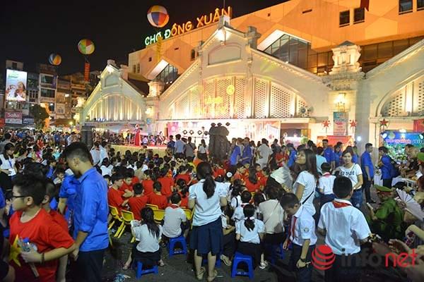 Khu vực thu hút mọi người nhất vẫn là phố cổ Hà Nội với nhiều hoạt động truyền thống, mang đậm bản sắc của một tết Trung thu cổ truyền.