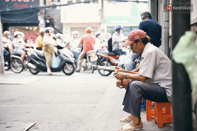 Buổi sáng đến quán, kê ghế ngồi sát mép tường, châm một điếu thuốc rồi nhìn dòng xe tấp nập của thành phố lướt qua, là thói quen lâu ngày của không ít người Sài Gòn.