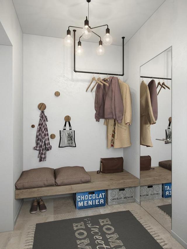 Cạnh lối vào nhà được trang bị móc treo đồ và nơi để giày tiện dụng. Ngay cạnh là chiếc giương lớn giúp nhân đôi diện tích nơi góc nhỏ này.