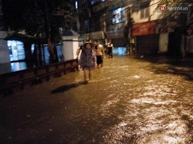 Khu vực Liễu Giai - Kim Mã Thượng nước ngập sâu quá đầu gối. Ảnh: Lê Bảo