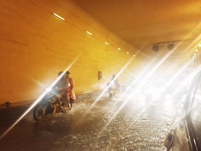 Khu vực hầm Kim Liên Ngập sâu trong nước mưa, phương tiện di chuyển gặp nhiều khó khăn