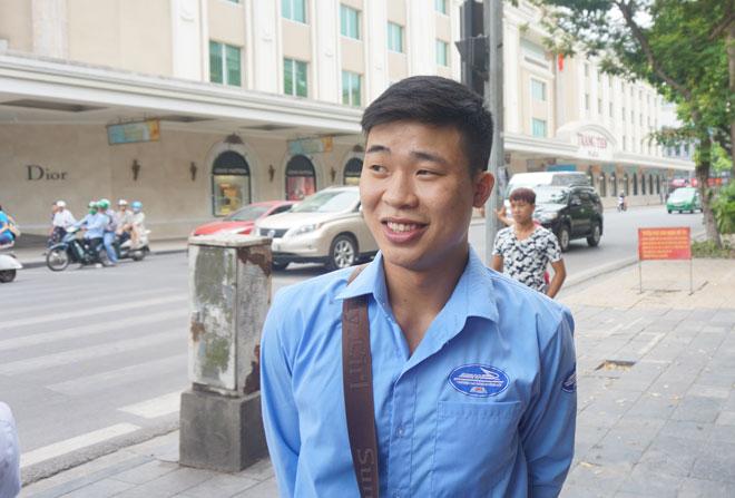 Nguyễn Tiến Tùng, sinh viên đưa ra lời khuyên hãy đi bộ khi chơi Pokemon Go. Ảnh: Nguyễn Bình