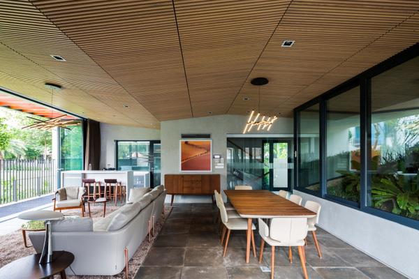 Không gian tầng trệt là phòng khách - bếp - khu vực thư giãn của gia đình với hướng nhìn ra mặt thoáng lớn.