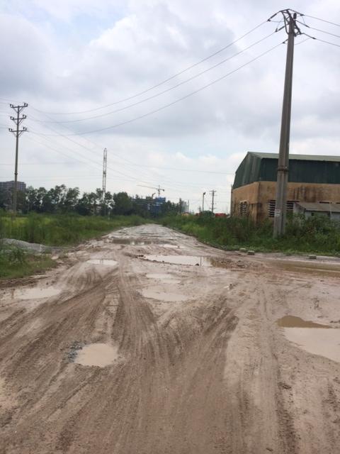 Đường vào khu đô thị Ao Sào đang phải đi tạm qua khu đất của Tổng Công ty Licogi, rất lầy lội, bẩn thỉu.