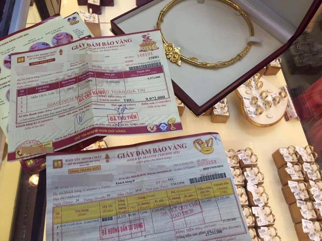 Chiếc kiềng cùng giấy đảm bảo vàng mà cửa hàng đã xác nhận cho gia đình chị L. Ảnh: Nhân vật cung cấp