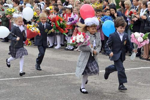 Trẻ em Nga nô nức mang hoa đến tặng thầy cô để đổi lấy những quả bóng bay.