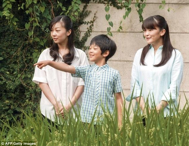 Hình ảnh mới đây nhất của Hoàng tử Hisahito và hai chị gái - Công chúa Mako và Kako.