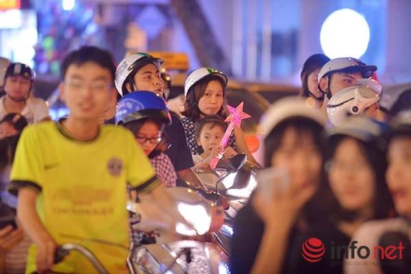 Tuy nhiên, do lượng người đổ về quá lớn khiến phố cổ Hà Nội và các tuyến phố xung quanh bị ùn tắc nghiêm trọng.