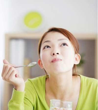 Ăn từ tốn, nhai thật kỹ là một trong những thao tác không thể đơn giản hơn giúp chúng ta bảo vệ dạ dày. (Ảnh minh họa).