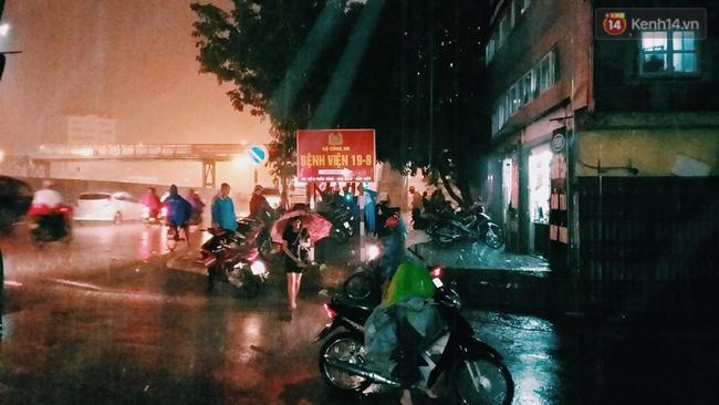 Khu vực trước cổng bệnh Viện 19-8 mưa khá lớn, nhiều phương tiện phải dừng lại trú mưa không thể di chuyển. Ảnh: Thu Hường