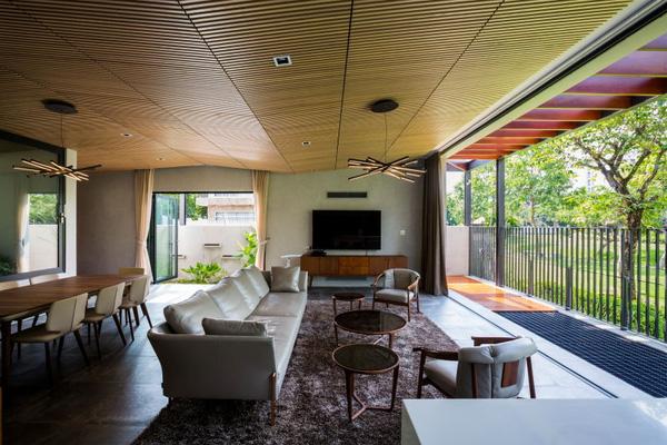 Ngoài ra ở đây còn được bố trí một bộ sofa cỡ lớn để cả nhà ngồi thư giãn trước hoặc sau giờ cơm.