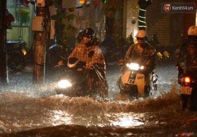 Khu vực đường Vương Thừa Vũ ngập sâu trong nước mưa. Ảnh: Phương Thảo