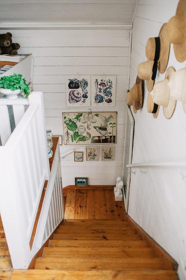 Những chiếc mũ cói treo trên tường cùng sàn gỗ nâu khiến căn phòng trở nên ấm cúng.