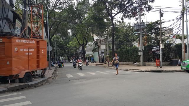 Mặt đường Hồ Tùng Mậu, cạnh đó là một khu đất vàng cũng chuẩn bị được đầu tư thành khu phức hợp văn phòng cao cấp