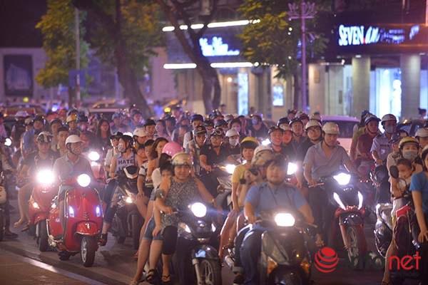Theo quan sát của phóng viên Infonet, tại các tuyến đường như Hàng Bài, Bà Triệu, Đinh Tiên Hoàng…  các phương tiện gặp rất nhiều khó khăn khi di chuyển.