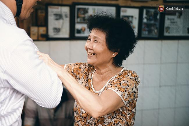 Bà Ba là một người rất mến khách và cũng là một dân nghiện cafe nặng.
