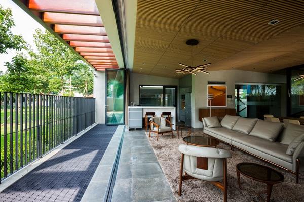 Bức tường kính đóng mở linh hoạt giúp chủ nhân ngôi nhà dễ điều chỉnh việc tiếp cận của không gian với trong nhà với thiên nhiên bên ngoài dựa vào các yếu tố thời tiết.