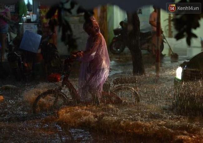 Chiếc xe đạp điện bị ngấp nước mưa, không thể di chuyển. Ảnh: Phương Thảo