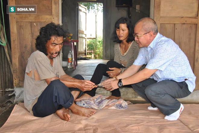 Tác giả trao tiền cho gia đình em Ksor Sôn