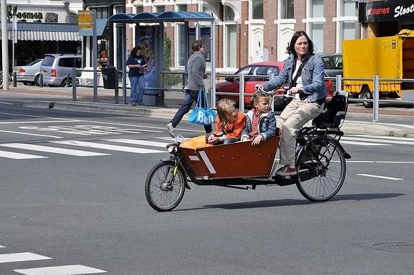 Những phụ huynh Hà Lan đưa con đến trường bằng chiếc xe đạp thùng vô cùng độc đáo.