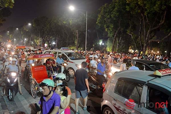 Nhiều phương tiện không di chuyển được nên đã phải dừng hẳn lại giữa đường để chờ đến lúc đường vắng.