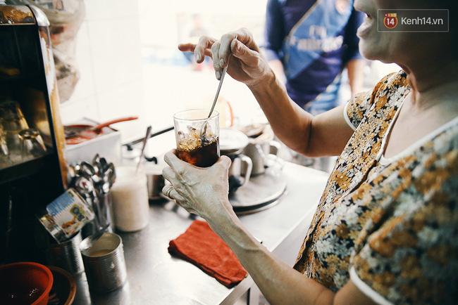 Cứ pha xong một đợt cafe phục vụ khách, bà lại tự thuởng cho mình một ly cafe đá nguyên chất. Hỏi bà uống bao nhiêu ly cafe trong ngày, bà chỉ cười: Không đếm được!.