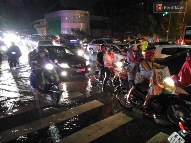Do mưa lớn khu vực Liễu Giai vắt đầu bị ùn tắc, phương tiện di chuyển khá khó khăn. Ảnh: Lê Bảo