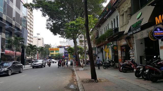 Nằm cạnh khu tức giác là một loạt trung tâm thương mại - văn phòng hiện đại như Bitexco, Sunwah...