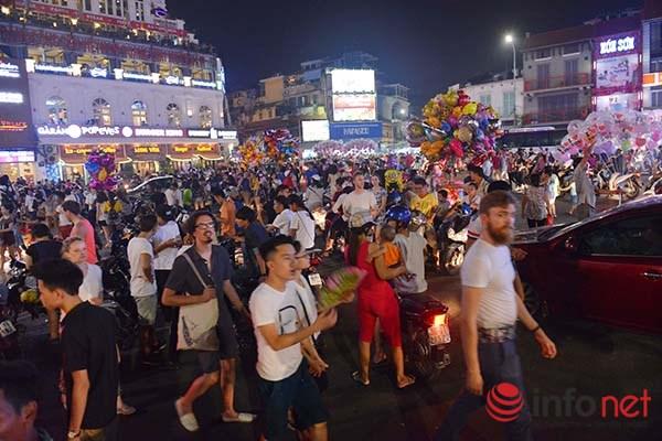 Khu vực Quảng trường Đông Kinh Nghĩa Thục không còn một khoảng trống nào dành cho các phương tiện mặc dù không phải là tối dành cho phố đi bộ.