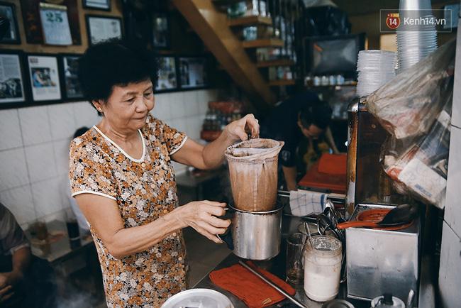 Cách pha cafe vợt thiếc đặc trưng của người Sài Gòn xưa là cho cafe vào một túi vợt dài chừng 25cm, đường kính miệng 10cm...
