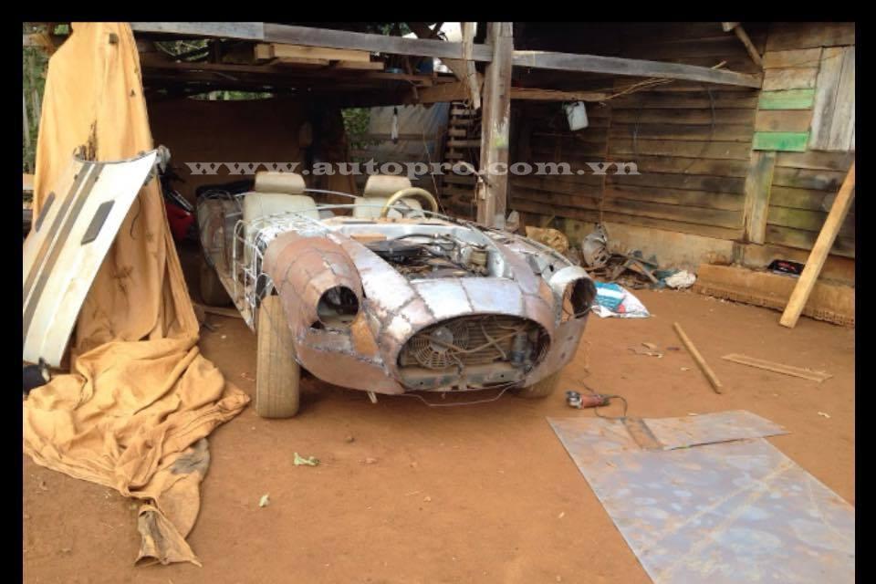 Shelby Cobra 427 của thợ Việt lúc được tạo dáng.