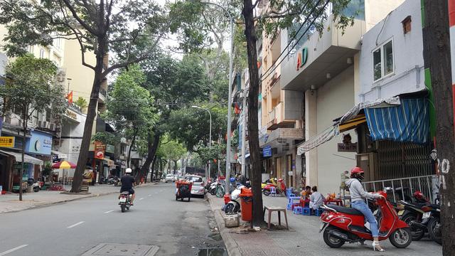 Một góc đường Hồ Tùng Mậu, nơi đang tập trung nhiều khu đất vàng chưa được triển khai dự án