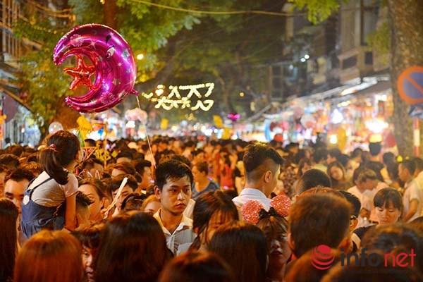 Bên trong phố cổ, đặc biệt là các tuyến phố Hàng Mã, Hàng Lược, Lương Văn Can… luôn chật cứng người.