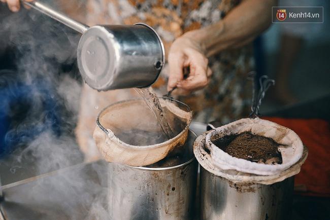Sau đó đổ nước sôi rồi đun cafe liên tục bằng bếp than.