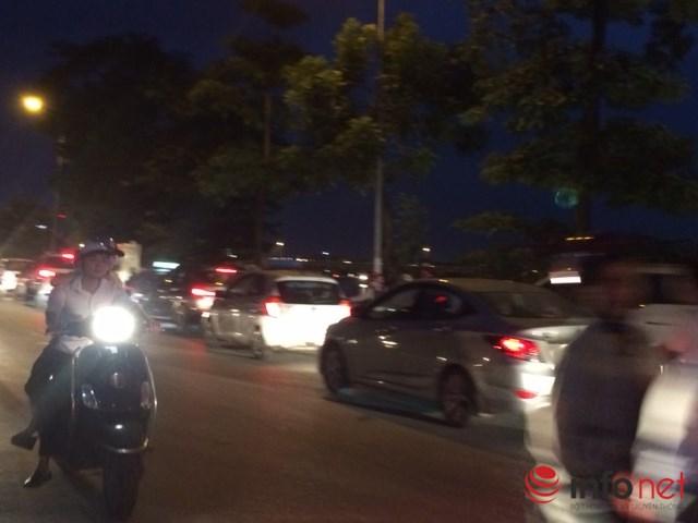 Hạ tầng quá tải, tuyến đường giao thông huyết mạch chính là con đường Nguyễn Hữu Thọ luôn trong tình trạng tắc ở khung giờ cao điểm. Ảnh: Minh Thư