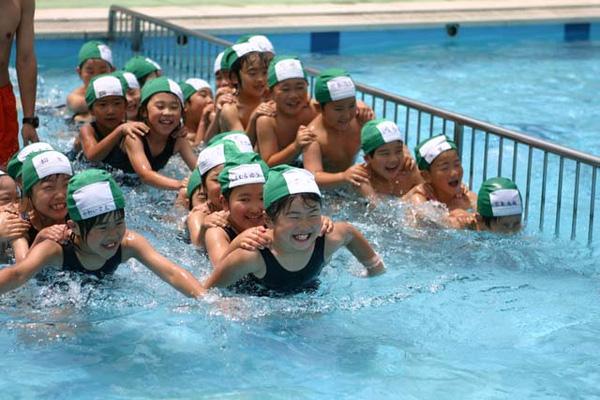 Một giờ học bơi trong bể bơi của trường tại một trường cấp 2 ở Nhật.