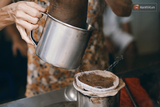 Những giọt cafe thơm lừng tí tách bốc khói nghi ngút làm nao lòng biết bao thực khách cao niên.