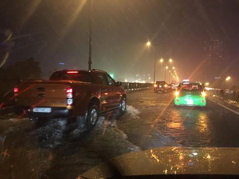 Khu vực đường trên cao vành đai 3 do mưa lớn kéo dài, thoát nước không kịp nên một số đoạn đường bị ngập khoảng 20cm. Ảnh: Otofun