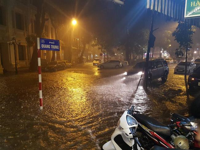 Trên tuyến phố Quang Trung, Hai Bà Trưng (HN) nước dâng cao