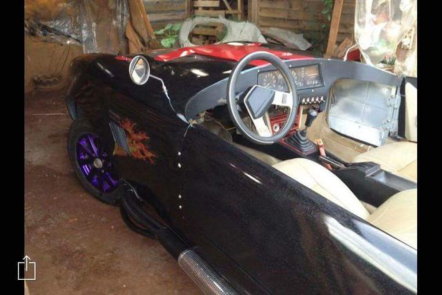 Thợ Đắk Nông cắt bỏ phần mui xe trên chiếc Nissan cũ để biến xế độ thành mẫu xe mui trần.
