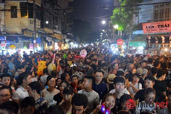 Đến 23h, lượng người tại khu vực phố cổ Hà Nội vẫn chưa hề giảm, nhiều trẻ em được cõng nhưng vẫn tỏ ra mệt mỏi và khóc trên vai bố mẹ.