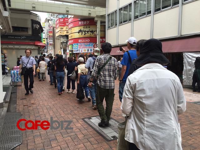 Đến 8h sáng đã có hàng chục người đứng chờ mua hàng.