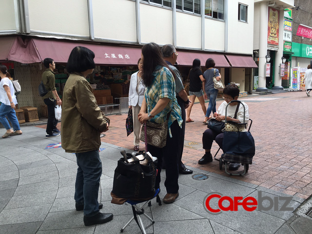 Mới chưa đến 5h sáng nhưng đã có nhiều người mang ghế đến xếp hàng chờ được mua bánh Yokan và Monaka. Tuy nhiên còn có những người đến sớm hơn nữa, họ lấy số rồi tranh thủ đi công việc rồi quay lại mua bánh.