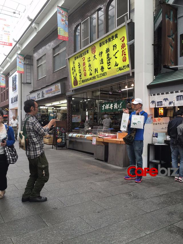 Đối với rất nhiều người khách, mua được bánh Yokan tại đây là niềm vinh dự và sau khi mua xong, họ chụp ảnh cho nhau làm kỷ niệm.