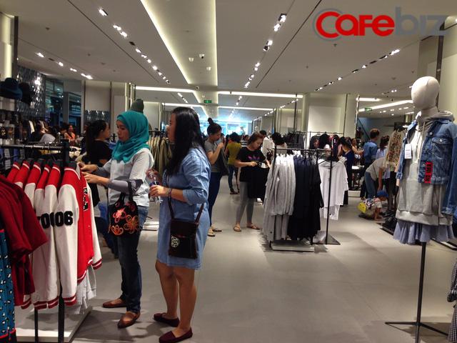 Sáng ngày 9/9, rất nhiều khách hàng đã đến cửa hàng Zara tại Vincom Centre Lê Thánh Tôn để mua sắm. Theo chia sẻ của quản lý Zara, ngày đầu khai trương 8/9, khách đến đông hơn hôm nay.