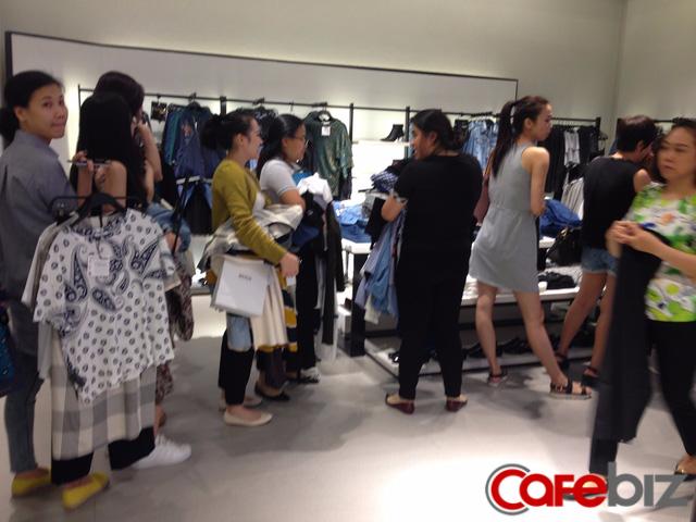 Chị Bình, một khách hàng của Zara, đã chọn được vài bộ đồ mà chị ưng ý. Chị cho hay, khi biết tin Zara khai trương cửa hàng tại Việt Nam, sản phẩm ruột của chị, chị đã đến để chọn những bộ đồ ưng ý nhất. Trước đây, chị hay mua online hoặc nhờ người thân mang đồ xách tay từ nước ngoài.