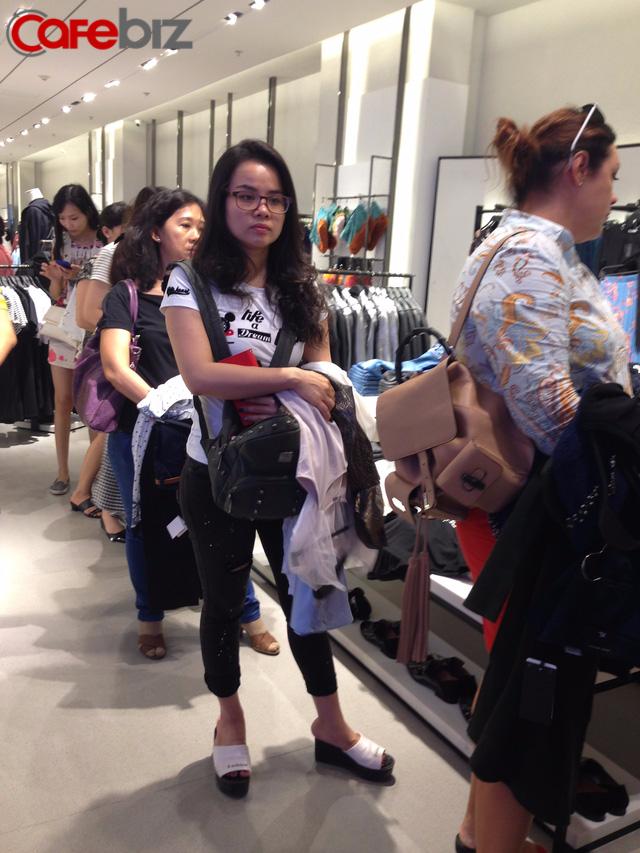 Nhiều chị em, nhất là fan ruột của Zara, rất háo hức đối với sự có mặt của thương hiệu này tại Việt Nam. Trước đây, họ phải ra nước ngoài, nhờ người thân mua hàng hộ hoặc mua qua trung gian.