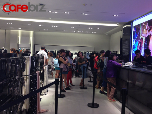 10h sáng, khách đã phải xếp hàng đợi đến lượt thanh toán trong khi 9h30 cửa hàng mới mở.